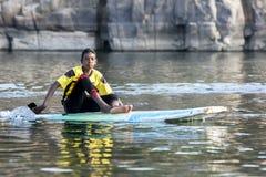 埃及人男孩用浆划冲浪板 库存照片