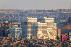埃及人财政部, Nasr市区,开罗,埃及现代建筑学大厦在日落前的 免版税库存照片