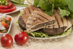 埃及人Hawawshi用皮塔饼面包和沙拉 免版税库存图片