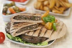 埃及人Hawawshi用皮塔饼面包和沙拉 库存照片