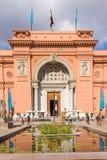 埃及博物馆在开罗,游人通过主要entran来 免版税库存图片