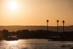 埃及小游艇船坞和游艇在金黄日落光 免版税库存照片