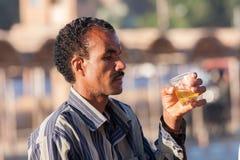 埃及指南饮用的茶在开罗,埃及 免版税图库摄影