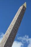 埃及方尖碑的剧烈的看法 免版税库存图片