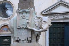 埃及方尖碑的大象 免版税库存图片