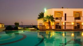 埃及旅馆水池在晚上 图库摄影