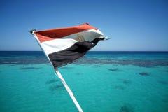 埃及旗子飞行在严厉的走的游艇 红海 免版税库存照片