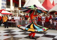 埃及民间艺术马戏团Menoufia的Tanoura舞蹈家执行在F1巴林2013年 免版税图库摄影