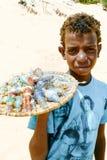 埃及男孩卖有沙漠沙子的玻璃瓶 免版税库存图片