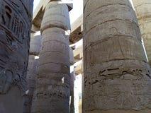 埃及的一个古庙的废墟有雕象和专栏的 库存照片