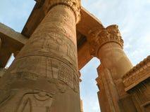 埃及的一个古庙的废墟有雕象和专栏的 图库摄影
