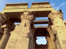 埃及的一个古庙的废墟有雕象和专栏的 免版税图库摄影