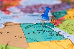 埃及的地图有一个蓝色图钉的黏附了 库存图片