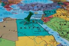 埃及的地图有一个绿色图钉的黏附了 库存照片