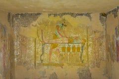 埃及神阿努比斯的古老绘画,balming一具尸体 免版税库存照片