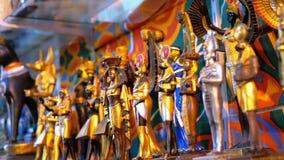 埃及纪念品不同的小雕象在市场摊位的 影视素材