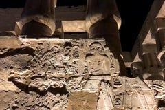 埃及象形文字和图画在墙壁和专栏上 埃及语言、古老神生活和人们 免版税库存照片