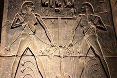 埃及象形文字和图画在墙壁和专栏上 埃及语言、古老神生活和人们 免版税库存图片