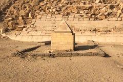 埃及象形文字和图画在墙壁和专栏上 埃及语言、古老神生活和人们 免版税图库摄影