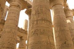 埃及象形文字和图画在墙壁和专栏上 埃及语言、古老神象形文字的生活和人们 免版税库存照片
