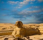埃及金字塔狮身人面象充分的身体外形蓝天 免版税库存照片