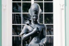 埃及雕象,一块黑暗的石头的颜色的一位女皇 免版税库存图片