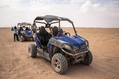 埃及,洪加达,2019年1月-一个徒步旅行队的蓝色方形字体在埃及的沙漠 免版税库存图片