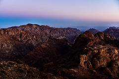 埃及,西奈,登上摩西 从香客攀登摩西和黎明山的路的看法 免版税库存照片