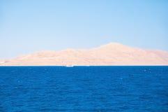 埃及 从海的看法一个离开的沙滩的 Tiran海岛 免版税库存图片