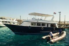 埃及 Hurgada 2016年10月6日 有游人的一个游艇 图库摄影