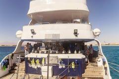 埃及 Hurgada 2016年10月6日 有游人的一个游艇 库存图片