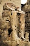 埃及karnak法老王被破坏的雕象寺庙 库存照片
