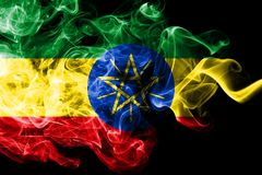 埃塞俄比亚的国旗由被隔绝的彩色烟幕做了在黑背景 抽象柔滑的波浪背景 向量例证