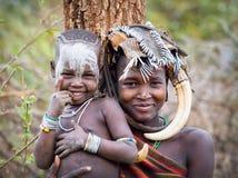 埃塞俄比亚, Omo谷18 09 2013年,有母亲的逗人喜爱的婴孩 Mursi t 免版税库存照片