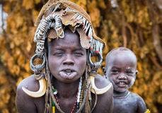 埃塞俄比亚, Omo谷18 09 2013年,有motherEthiopia的逗人喜爱的婴孩, 免版税库存图片