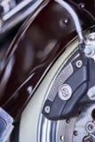 埃尔卡洪,CA/USA - 2016年8月2日:结婚与摩托车他们的月度集会的小组聚集 乘坐哈利的夫妇俱乐部  库存图片