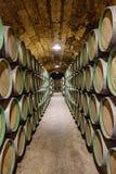埃尔希耶戈, à 熔岩,西班牙 2018年4月23日:葡萄酒库的内部告诉了MarquA©ss与酒老化的de Riscal在d的橡木桶 免版税图库摄影