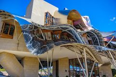 埃尔希耶戈, à 熔岩,西班牙 2018年4月23日:一个现代大厦的正面图与波浪铝结构的由建筑师Fr设计了 库存照片