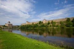 埃尔曼城堡和Ivangorod堡垒看法  爱沙尼亚和俄罗斯的边界 免版税库存照片