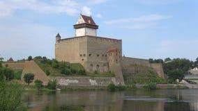 埃尔曼` s城堡特写镜头,天在威严的纳尔瓦,爱沙尼亚 股票录像