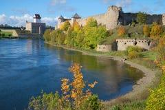 埃尔曼` s看法防御爱沙尼亚和Ivangorod堡垒俄罗斯 免版税库存照片