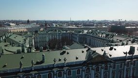 埃尔米塔日博物馆、凯旋门和正方形的鸟瞰图在圣彼德堡在晴朗的秋天天 E 股票录像