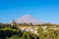 埃尔米斯蒂火山和树 免版税库存图片