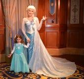 埃尔莎和美丽的女孩-结冰的迪斯尼电影-不可思议的王国 库存图片