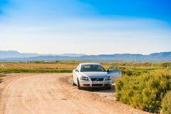 埃布罗三角洲,塔拉贡纳,西班牙- 2017年9月19日:埃布罗三角洲,在领域的一辆汽车的风景 复制文本的空间 免版税图库摄影