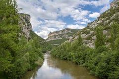 埃布罗河峡谷在布尔戈斯省的多云天  免版税库存照片
