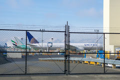 埃弗里特,华盛顿,美国- 2017年1月26日, :全新的联航在前景的波音777-300ER和从 免版税库存照片