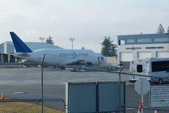 埃弗里特,华盛顿,美国- 2017年1月26日, :波音747 Dreamlifter停车处在斯诺霍米什县机场或潘恩领域 免版税库存图片