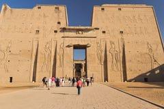 埃德富寺庙(埃及)的正面图 库存照片