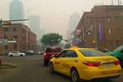 埃德蒙顿,阿尔伯塔,加拿大- 2019年5月30日:空气质量情况通知实际上作为野火烟毯子城市 免版税库存照片